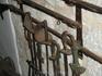 В музее церкви Богородицы на рифе. Этими шпагами когда-то проливалась кровь, а мушкеты метко поражали неприятеля.
