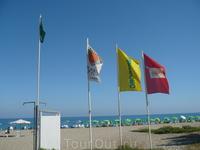 Зеленый флаг-в море заходить можно;Желтый- не желательно;Красный-запрещено.