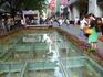 Пекинская пешеходная улица в старом центре Гуанчжоу – популярная улица народных гуляний и торговли.  Раскопали старую мостовую.Оставили,чтобы народ мог ...