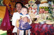 Мать Команг с внуком.
