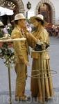 Пока нет туристов, живые скульптуры могут подкраситься и даже покурить...