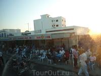 Эту картину можно наблюдать во всех городах Туниса. Традиция:).. И все сидят лицом к дороге;)