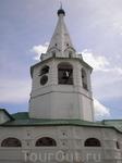 Суздальский Кремль. Напротив южного фасада собора в 1635 году была построена колокольня, завершённая высоким восьмигранным шатром. В конце XVII века на ней установили куранты, в которых часы обозначаю