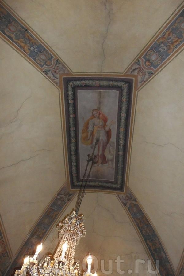 Плафон потолка в коридоре отеля.
