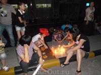 Вечер праздника середины осени.Жители домов зажигают свечи