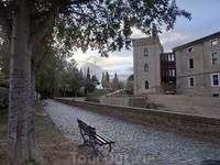 Дворец окружен небольшим садиком, где приятно посидеть на лавочке в тени олив.