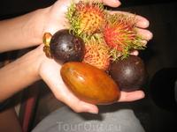рамбутан и еще какие-то два фрукта)