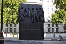 Обелиск памяти женщин Второй Мировой Войны.