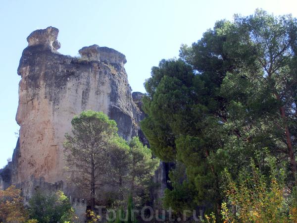 За городской чертой, в сьерре, находится местность, называемая Заколдованный или Очарованный город (La Ciudad Encantada). Этот город представляет из себя скалы самых затейливых форм. Этот феномен образовался 90 миллионов лет назад, когда здесь (в это ...