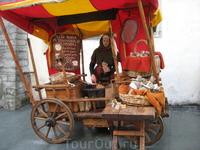 Миндаль продают на стилизованных под старину телегах девушки в средневековых костюмах.