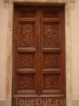 резная деревянная дверь Базилики