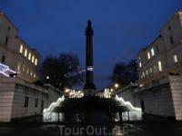 В конце улицы стоит мраморная колонна и бронзовая статуя герцога Йоркского, 1834г. Принц Фредерик, герцог Йоркский, был вторым сыном короля Георга III ...
