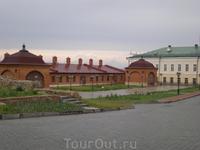 Кремль. Западный корпус Пушечного двора. Расположен с западной стороны комплекса и примыкает к крепостной стене. Здание построено в 1812 г.