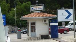 билетная касса на паром через Которскую бухту. на авто вместе с людьми внутри - 4 евро)