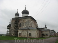 На въезде в Михаило-Клопский монастырь открывается сей вид.