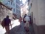 По узким улочкам, мощенным брусчаткой идем к дому, где жил Достоевский