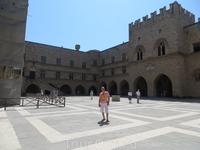 Во дворе Дворца Великих Магистров