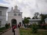 Оригинальная архитектура Покровского собора своеобразно повторяется в другом памятнике ансамбля – Святых воротах 1518 года. На четырёхгранной башне с двумя ...