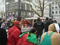 суровые полицаи следят за тем, чтобы на карнавале был орднунг.