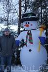 Надувной снеговик встречал нас при въезде на базу