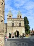 Фасад ворот со стороны города существенно отличается от внешнего по архитектурному стилю. Входная ярка расположена между двумя стройными квадратными башенками (архитектор Алонсо де Коваррубиас). Их пи