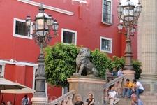 Бронзовые львы украшают лестницу Театра Хуарес