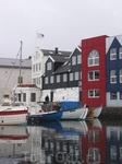 Разноцветные домики соседствуют с многочисленными лодками и яхтачками