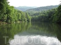 Ключевое озеро Парзлич находится в Дилижанском заповеднике в 10 км от г. Дилижан на высоте 1400 м. До него можно добраться на обычной машине.