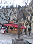 Скульптура с двумя обнаженными телами,что собрались заняться сексом у входа в рынок.Член партнера городские шутники регулярно полируют до блеска, а иногда ...