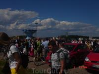 На фестивале много народу, слышна и финская речь, и часто русская