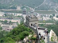 Ее стены имеют свыше 10 метров в высоту и чуть меньше в толщину.
