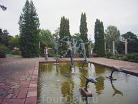 фонтан Аганиппа - лежащая на камне Аганиппа любуется своим отражением в водах источника, над которым парят три мужские фигуры, символизирующие Музыку, ...
