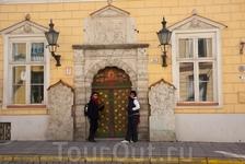 Дом Братства черноголовых – одно из немногих строений в стиле ренессанс, сохранившихся в Таллинне.