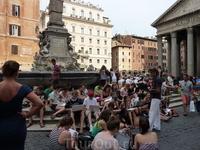 На площади перед Пантеоном преподаватель ведет занятия со студентами! По всей видимости по истории :))