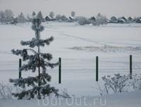 Зима в Михаило-Клопском монастыре. Вид на другой берег озера (оно под снегом)