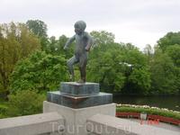Густав Вигеланд разместил в парке Фрогнер 212 своих скульптур. &quotСердитый мальчик&quot - символ Осло.