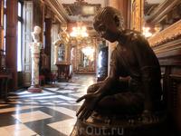 Один из коридоров дворца.