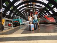 наш поезд конечно же слева=))) мы едем на озеро Гарда. В городок Дезенцано дель Гарда, оттуда в городок Лимоне