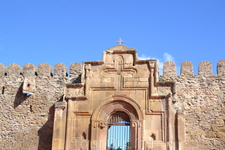 Светицховели Светицховели – грандиозный собор крестово-купольного плана. От высокого крестообразного фасада симметрично с двух сторон отходят приделы, украшенные арочными рельефами. За фасадом, как б