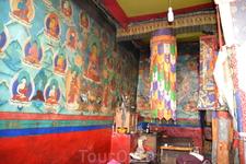 Монастырь Ронгбук Сегодня в пятиэтажном здании используется лишь 2 этажа. В главном молитвенном зале стоят статуи Шакьямуни и Геру Ринпоче. Росписи внутренних стен заслуживают особенно высокой оценки