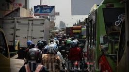 К индонезийскому трафику уже привык. Просто не стремлюсь кого-то обогнать, иду или стою в потоке. Уже ничего не раздражает... пот потихоньку стекает по ...