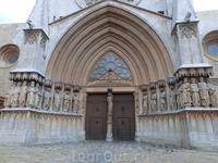 Украшением главного фасада являются фигуры апостолов. При строительстве главного фасада за образец были взяты французские соборы Амьена и Реймса.
