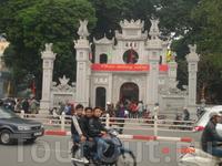 Храм Куан Тхань- посвящен повелителю севера и водной стихии.