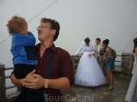 Традиционно молодожены Сочи приезжают на Башню Ахун пофотографироваться и загадать желание на последней ступени. Эту пару мы видели еще в беседке у морского ...