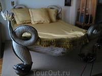 """Кровать, выкупленная Дали во французском борделе """"Ле Шабанэ"""""""