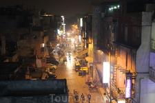 Дели. Улица Мэйн Базар ночью.
