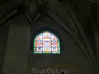 В капелле Святой Анны не только великолепный алтарь, но и интересные витражи, необычной для собора формы.