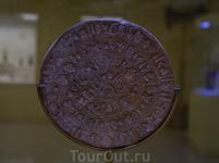 Фестский диск, уникальный памятник письма минойской культуры эпохи средней бронзы.Ираклионский Археологический музей.