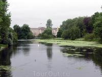 Вид из парка на дворец.