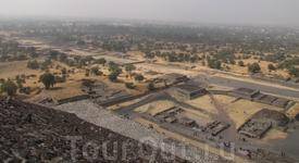 Теотеокан. город покинутый гигантами до возникновения цивилизации ацтеков. вид на дорогу мертвых